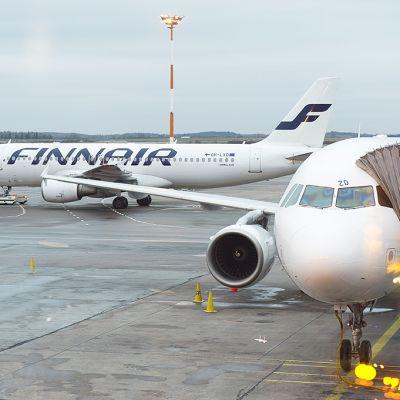 Finnairin lentokoneita Helsinki-Vantaan lentoasemalla.