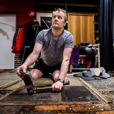 Kuvassa foleyartisti Heikki Kossi studiollaan.