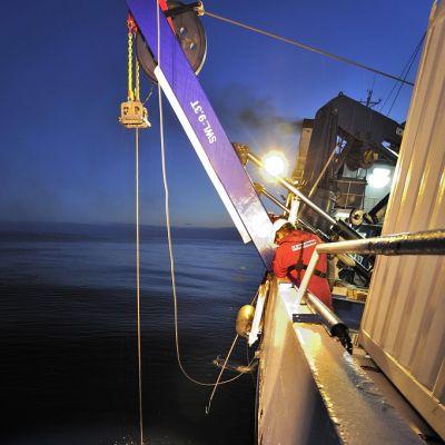 Egyptiläisen matkustajakoneen hylyn osia tutkitaan muunmuassa sukellusrobottien avulla. Robottia lasketaan mereen John Lethbridge -tutkimusalukselta.
