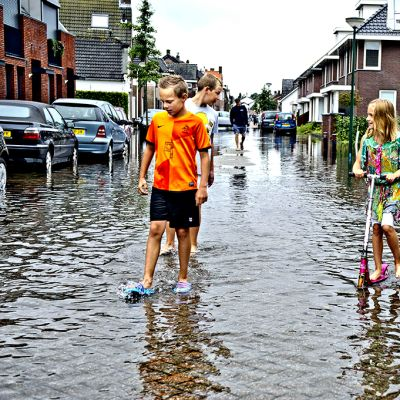 Lapset leikkivät Kaatsheuvelin tulvivilla kaduilla.