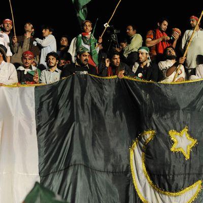 Oppositiojohtaja Imran Khanin kannattajat kuuntelivat johtajansa puhetta hallituksen vastaisessa mielenosoituksessa Islamabadissa 16. elokuuta 2014.