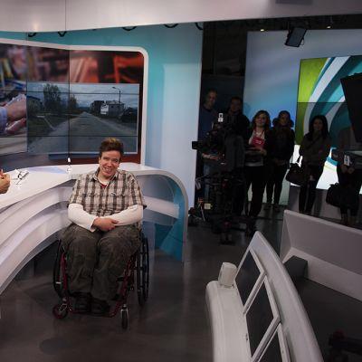 Marjukka Havumäki esittelee Juha Liukkuselle ja muille vieraille Ylen tv-studiota.
