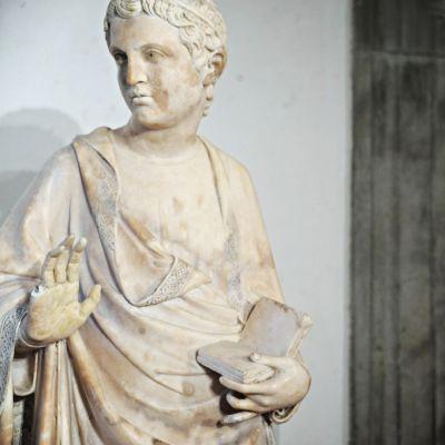 Museo dell'Opera del Duomo -patsas, jolta on sormi katki.