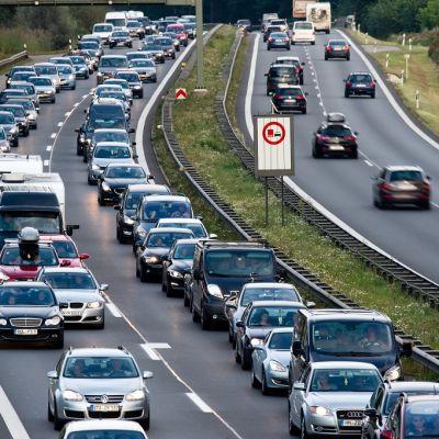 Ruuhkautuneita autoja moottoritiellä Etelä-Saksassa