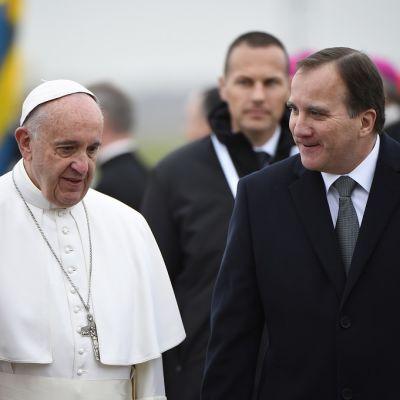 Paavi Franciscus tapasi Ruotsin pääministerin Stefan Löfvenin tervetuliaisseremoniassa Malmön lentokentällä