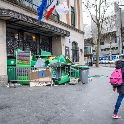Poliisien väkivaltaa vastustavat mielenosoittajat olivat estäneet pääsyn kouluun Pariisissa.