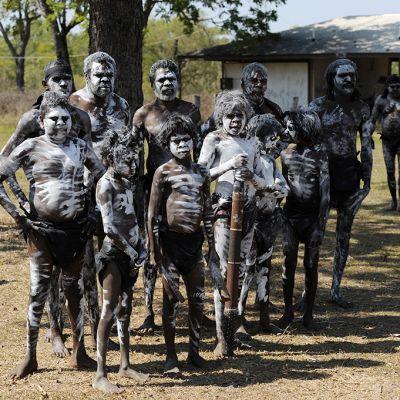 Aboriginaaleja valmistautumassa perinteisiin seremonioihin.
