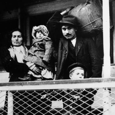 Familj ombord på ett fartyg på väg till USA.