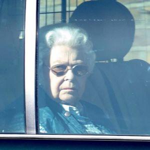 Tuima kuningatar Elisabet kuvattuna auton ikkunan läpi.