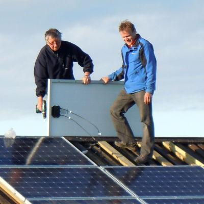 Solpaneler monteras på en lada vid Meteoria Söderfjärden