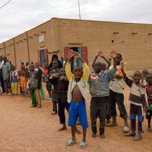 Malier jublar då franska och maliska trupper tar sig in i Timbuktu
