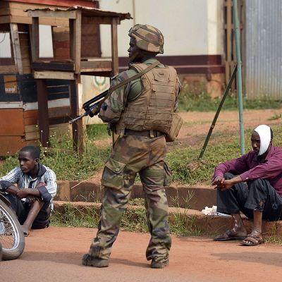 Flera tusen utländska fredsbevarare försöker lugna ner läget i Centralafrikanska republiken