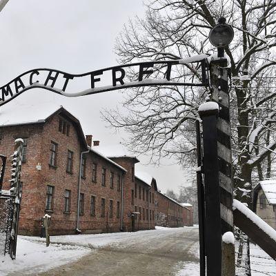 Auschwitzin keskitysleirin portti.