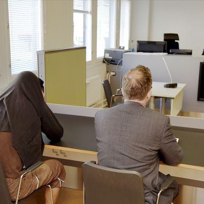 Surmasta epäilty vangitsemisoikeudenkäynnissä Helsingissä 15. elokuuta.