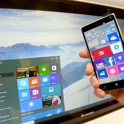 Tietokone ja kännykkä, joissa Windows 10