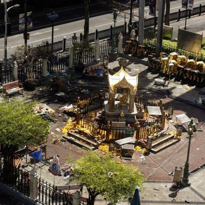 Pommiräjähdyksen aiheuttamia tuhoja Erawanin pyhätössä Bangkokissa.