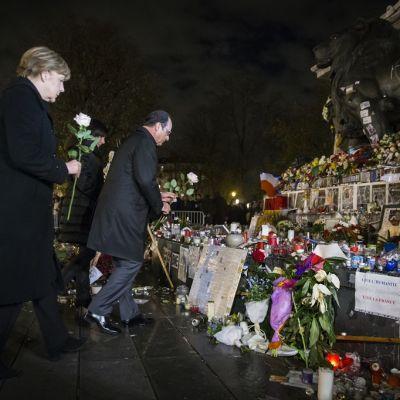 Angela Merkel ja François Hollande laskevat ruusut Pariisin terrori-iskun uhrien muistopaikalle.