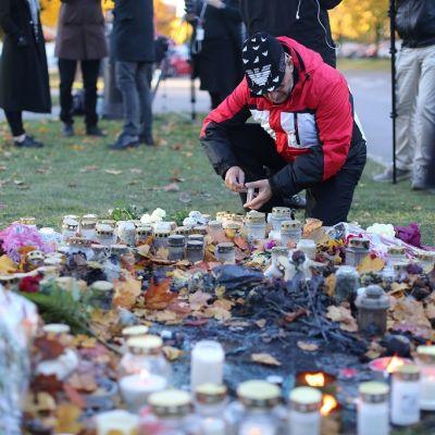Kronan-koulun pihalle on sytytetty kynttilöitä torstain kouluhyökkäyksen uhrien muistoksi.