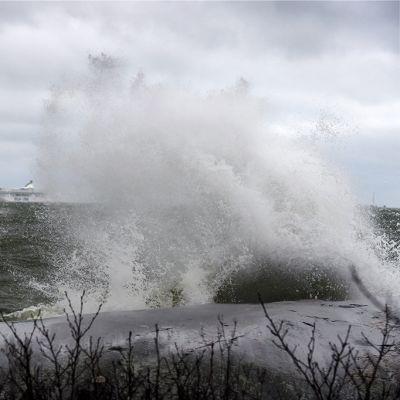 Kovan tuulen nostama aallokko lyö Uunisaaren rantaan Helsingissä