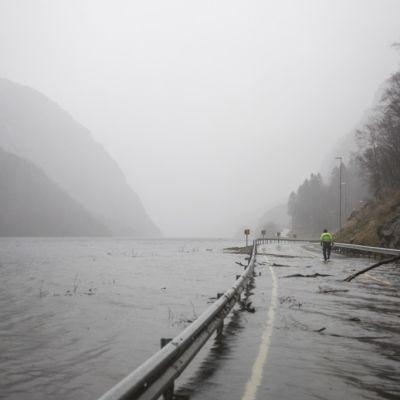 Pelastustyöntekijät siivoavat tulvien teille huuhtomia rojuja Vestlandetin alueella Norjassa.