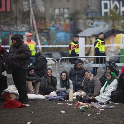 Ruotsin poliisi tyhjensi laittoman romanileirin Malmössä 3. marraskuuta 2015.