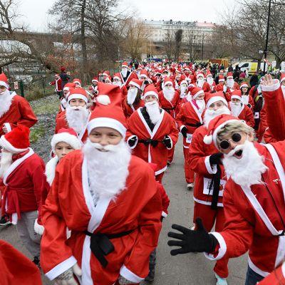 Joulupukit juoksivat hyväntekeväisyystapahtumassa 13. joulukuuta Tukholmassa.