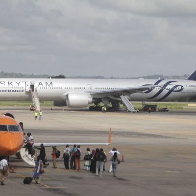 Pommiepäilyn vuoksi hätälaskun tehnyt Air Francen lentokone Mombasan lentokentällä.