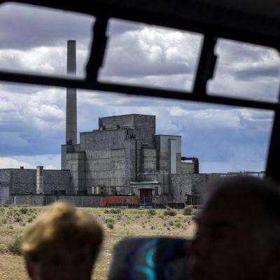 Turistit katselevat turistibussista maailman ensimmäistä täysikokoista ydinreaktoria Hanfordin testialueella toukokuussa 2015.