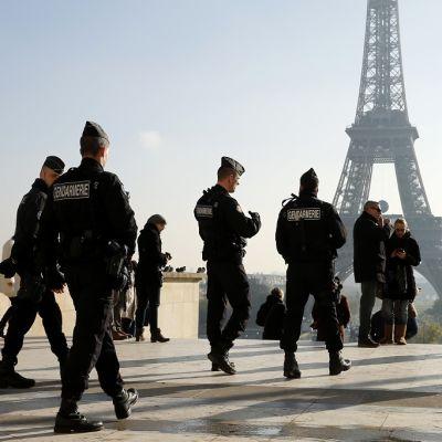 Ranskalaisia poliiseja Eiffel-tornin lähettyvillä 23. marraskuuta 2015.