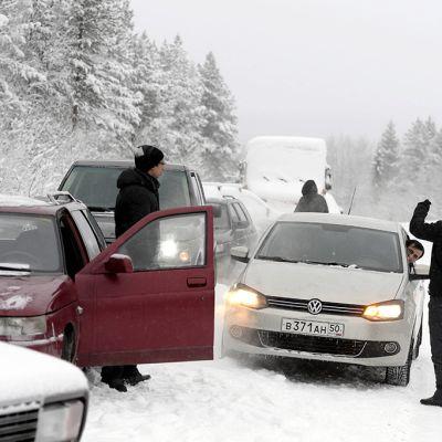 Turvapaikanhakijoita puomiasemalla 3 kilometriä Alakurtista itään 23. tammikuuta odottamassa Venäjän rajavartiolaitoksen lupaa jatkaa matkaansa Suomen Sallan Kelloselän raja-asemalle.