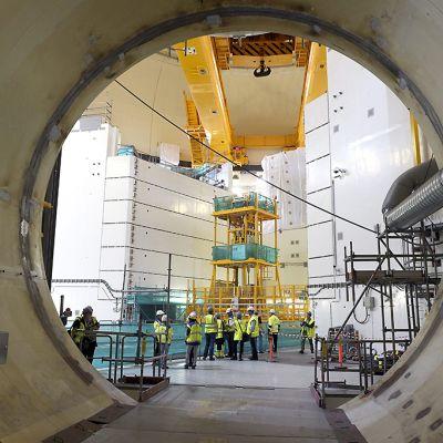 Teollisuuden Voiman OL3 -laitosyksikön reaktorihalli 28. elokuuta 2015.