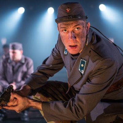 Tuntematon sotilas -näytelmän näyttelijä.