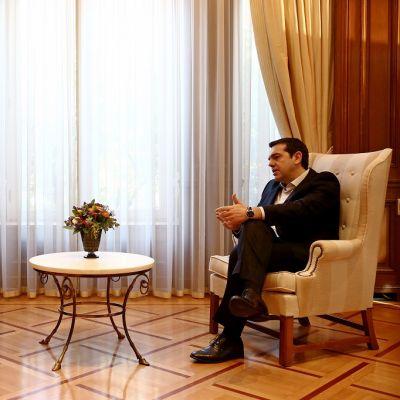 Eurooppa-neuvoston puheenjohtaja Donald Tusk keskustelee Ateenassa Kreikan pääministerin Alexis Tsipraksen kanssa.