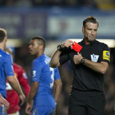 Erotuomari Mark Clattenburg ajoi kaksi pelaajaa ulos Chelsean ja Manchester Unitedin välisessä ottelussa.