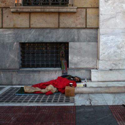 Koditon mies nukkui Ateenassa Kreikan keskuspankin pääkonttorin edessä perjantaina maaliskuun 22. päivä.