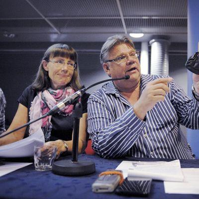 Perussuomalaisten puheenjohtaja Timo Soini ja Pirkko Ruohonen-Lerner puolueen eduskuntaryhmän kesäkokouksessa Jyväskylässä 27. elokuuta 2013.