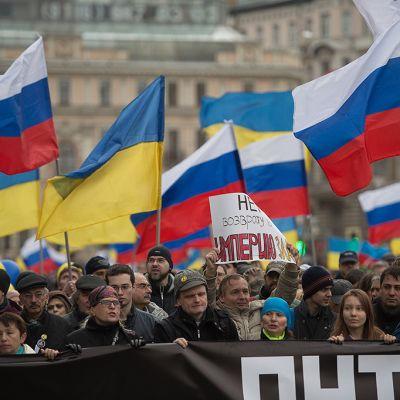 Jopa 50 000 ihmistä osoittamassa mieltään Venäjän Krimin-toimia vastaan Moskovassa.