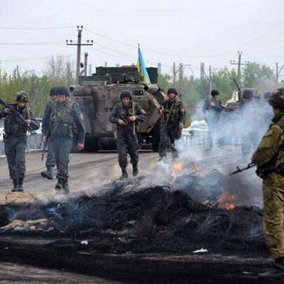 Sotilaita poltetulla tiesululla.