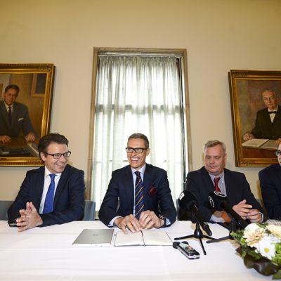 Päivi Räsänen, Ville Niinistö, Alexander Stubb, Antti Rinne ja Carl Haglund hallitusneuvottelujen infossa eduskunnassa, 16. kesäkuuta 2014.