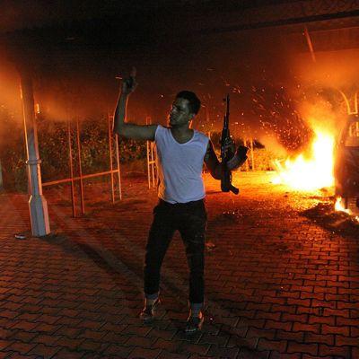 Tuntematon aseistettu mies kuvattuna Yhdysvaltain lähestystön edustalla Bengasissa hyökkäyksen jälkeen 11. syyskuuta 2012.