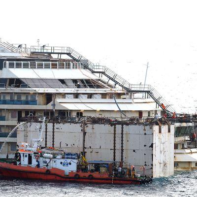 Vettä poistettiin Costa Concordian kannelta lauantaina.