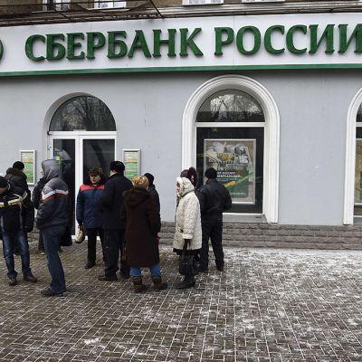 Ihmiset odottelevat kiinni olevan pankin edessä Ukrainan Donetskissa 26. marraskuuta.