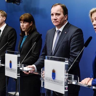 Ruotsin pääministeri Stefan Löfven (toinen oik.) piti tiedotustilaisuuden 2. joulukuuta.