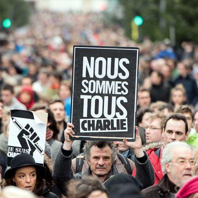Ihmiset marssivat terrori-iskuissa kuolleiden muistolle Lillessä, Ranskassa lauantaina.