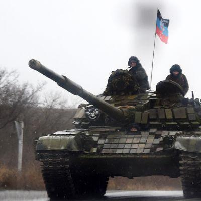 """""""Donetskin kansantasavallan"""" lippu liehuu alueella liikkuvassa panssarivaunussa."""