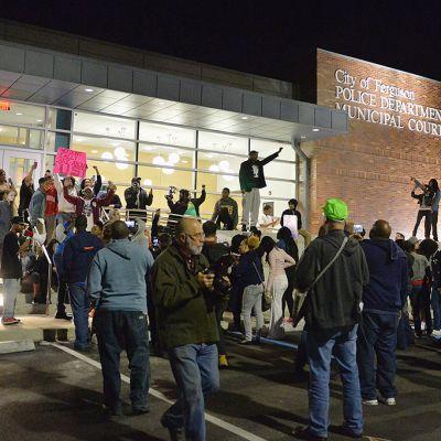 Mielenosoittajia Fergusonin poliisilaitoksen edustalla..