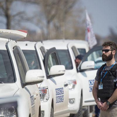 Sotilastarkkailijat seuraavat tilannetta lähellä Donetskin lentokenttää.