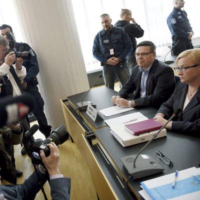 Jari Aarnio ja puolustusasianajaja Riitta Leppiniemi median huomion kohteena.