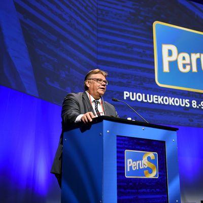 Perussuomalaisten puheenjohtaja Timo Soini puhumassa perussuomalaisten puoluekokouksessa Turun Logomossa lauantaina 8. elokuuta 2015.