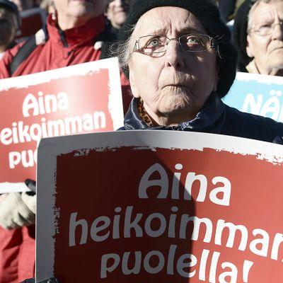 EKL ja Eläkeläiset ry järjestivät hallituksen leikkauksia vastaan mielenosoituksen Helsingin Kansalaistorilla torstaina 8. lokakuuta.